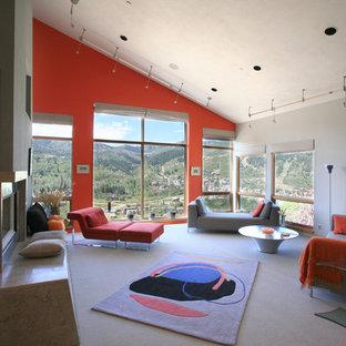 Ispirazione per un ampio soggiorno contemporaneo con pareti rosse e camino bifacciale