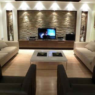 Modernes Wohnzimmer mit freistehendem TV und beigem Boden in Sonstige