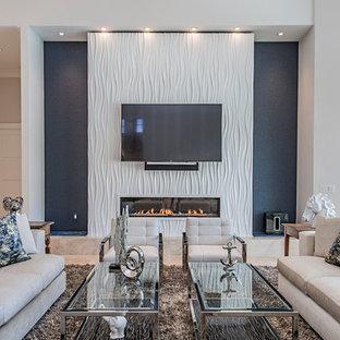 タンパのコンテンポラリースタイルのおしゃれなリビング (青い壁、横長型暖炉、壁掛け型テレビ) の写真