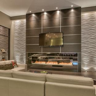 Idee per un ampio soggiorno contemporaneo aperto con pareti grigie, camino lineare Ribbon, TV a parete, angolo bar, cornice del camino in metallo e pavimento marrone