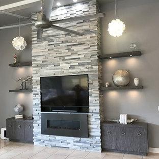 マイアミの広いコンテンポラリースタイルのおしゃれなLDK (グレーの壁、セラミックタイルの床、標準型暖炉、石材の暖炉まわり、埋込式メディアウォール、ベージュの床) の写真