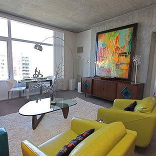 Immagine di un grande soggiorno minimalista aperto con pareti grigie, moquette e pavimento grigio