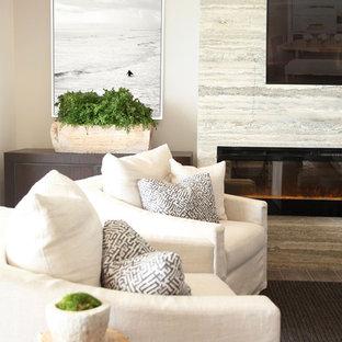 Esempio di un soggiorno contemporaneo di medie dimensioni e aperto con angolo bar, pareti beige, pavimento in gres porcellanato, camino sospeso, cornice del camino in pietra e TV a parete