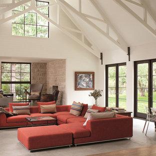 Foto di un grande soggiorno country aperto con pareti bianche, pavimento in legno massello medio, sala formale, nessun camino e nessuna TV