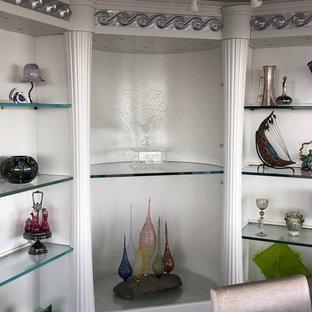 Bild på ett stort funkis allrum med öppen planlösning, med ett finrum, grå väggar, heltäckningsmatta och lila golv