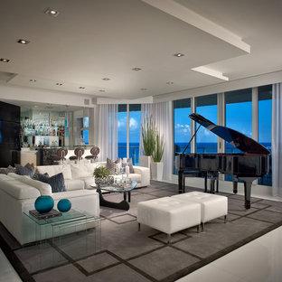 Modernes Wohnzimmer mit Hausbar und weißem Boden in Miami