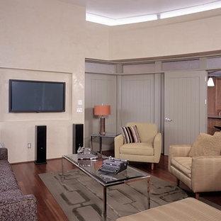 Ispirazione per un grande soggiorno con parquet chiaro e pavimento rosso
