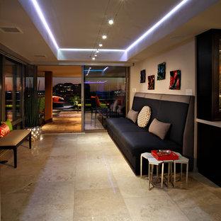 Ispirazione per un piccolo soggiorno contemporaneo chiuso con angolo bar, pareti grigie e pavimento in travertino