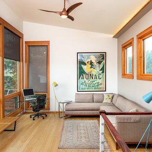 Foto di un soggiorno design di medie dimensioni e aperto con pareti grigie e pavimento in bambù