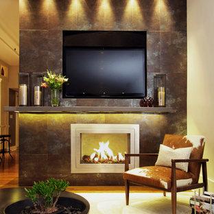 ニューヨークの中サイズのコンテンポラリースタイルのおしゃれなリビング (茶色い壁、タイルの暖炉まわり、埋込式メディアウォール、フォーマル、無垢フローリング、標準型暖炉) の写真