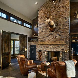 Exempel på ett stort lantligt vardagsrum, med vita väggar, en standard öppen spis, en spiselkrans i tegelsten, mörkt trägolv och brunt golv