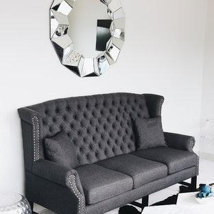 Esempio di un piccolo soggiorno classico chiuso con sala formale, pareti grigie, pavimento in linoleum, nessun camino e TV a parete