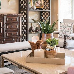 Aménagement d'un grand salon sud-ouest américain fermé avec une salle de réception, un mur beige, moquette, aucune cheminée, aucun téléviseur et un sol beige.