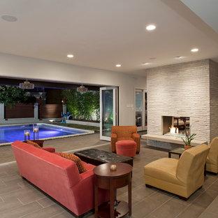 Idee per un soggiorno design con camino bifacciale