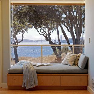 Idee per un soggiorno minimal di medie dimensioni e aperto con pareti blu, parquet chiaro, sala formale, camino bifacciale, cornice del camino in legno e nessuna TV