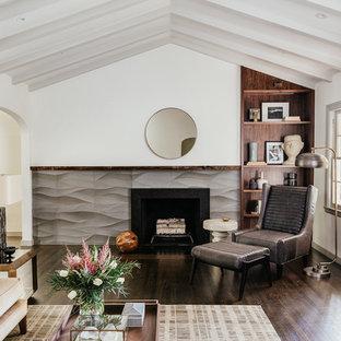 Aménagement d'un salon avec une bibliothèque ou un coin lecture classique de taille moyenne et fermé avec un mur blanc, une cheminée standard, un manteau de cheminée en carrelage, aucun téléviseur, un sol marron et un sol en bois foncé.