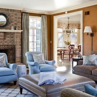 Immagine di un soggiorno classico chiuso e di medie dimensioni con pareti marroni, sala formale, parquet scuro, pavimento marrone, camino classico e cornice del camino in mattoni