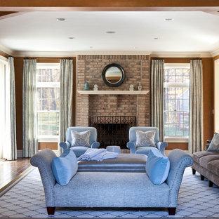 Esempio di un soggiorno chic di medie dimensioni e chiuso con sala formale, pareti marroni, parquet scuro, camino classico, cornice del camino in mattoni e pavimento marrone