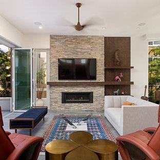 Inredning av ett klassiskt mellanstort separat vardagsrum, med vita väggar, en väggmonterad TV, grått golv, ett bibliotek, klinkergolv i porslin, en bred öppen spis och en spiselkrans i sten