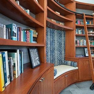 Ispirazione per un soggiorno tradizionale di medie dimensioni e chiuso con libreria, pareti bianche, pavimento in gres porcellanato, camino lineare Ribbon, cornice del camino in pietra, TV a parete e pavimento grigio
