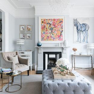 Idee per un soggiorno chic chiuso con sala formale, pareti grigie, parquet chiaro, camino classico e cornice del camino in metallo