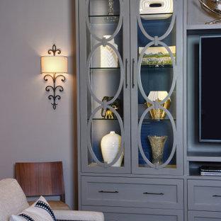 Idee per un grande soggiorno classico aperto con sala formale, pareti grigie, pavimento in legno massello medio, TV autoportante, pavimento marrone e nessun camino