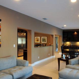 タンパの中サイズのコンテンポラリースタイルのおしゃれな独立型リビング (フォーマル、茶色い壁、磁器タイルの床、暖炉なし、テレビなし、白い床) の写真