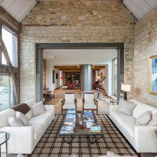 Foto di un soggiorno country con pareti beige