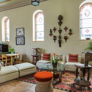 Ispirazione per un grande soggiorno tradizionale aperto con sala formale, pareti beige, pavimento in travertino, nessun camino, nessuna TV e pavimento rosso