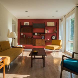 ワシントンD.C.の中くらいのミッドセンチュリースタイルのおしゃれなリビング (赤い壁、淡色無垢フローリング、ベージュの床、標準型暖炉、レンガの暖炉まわり、テレビなし) の写真