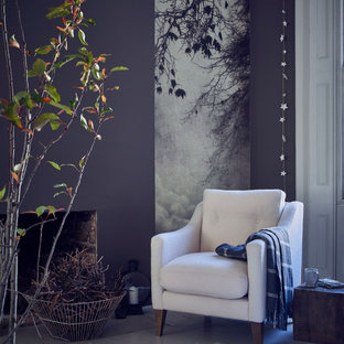 ロンドンの小さいコンテンポラリースタイルのおしゃれな独立型リビング (グレーの壁、塗装フローリング、白い床) の写真
