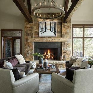 Ispirazione per un soggiorno stile rurale con pareti bianche, pavimento in legno massello medio, camino classico, cornice del camino in metallo e pavimento marrone