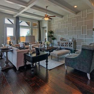 Foto de salón para visitas abierto, tradicional, grande, con paredes blancas, suelo de madera oscura, chimenea de esquina, marco de chimenea de hormigón y televisor colgado en la pared