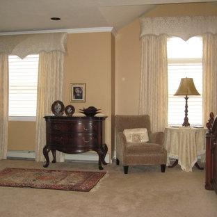 Ejemplo de salón con rincón musical abierto, tradicional, pequeño, sin chimenea y televisor, con paredes rosas, suelo de madera en tonos medios y suelo marrón