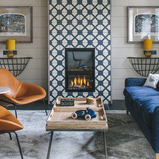 Foto på ett litet 60 tals vardagsrum, med ett finrum, grå väggar och en spiselkrans i trä