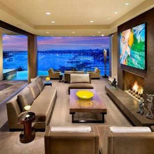 Idee per un soggiorno design di medie dimensioni e aperto con pareti gialle, parquet scuro, camino classico e nessuna TV
