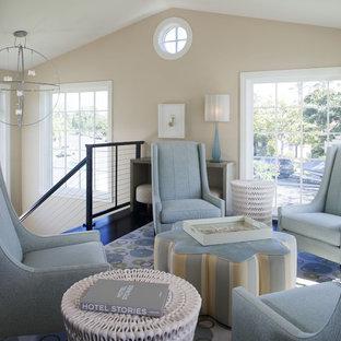 Immagine di un piccolo soggiorno contemporaneo aperto con parquet scuro, nessun camino, nessuna TV, pareti beige e pavimento nero