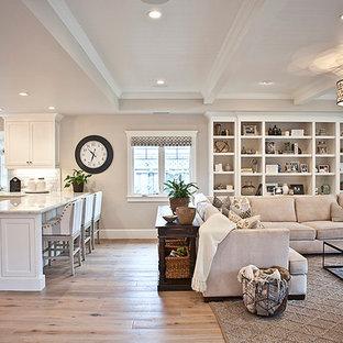 Immagine di un grande soggiorno classico aperto con sala formale, pareti grigie, pavimento in legno massello medio, camino classico, cornice del camino in metallo e parete attrezzata