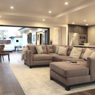 Foto di un piccolo soggiorno stile americano aperto con sala formale, pareti bianche, parquet chiaro, nessun camino e TV a parete