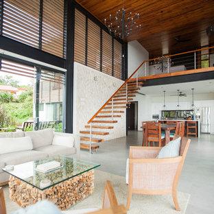 Idee per un soggiorno tropicale aperto con pareti bianche e pavimento grigio