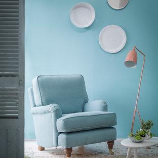 ロンドンの中サイズのミッドセンチュリースタイルのおしゃれな独立型リビング (ライブラリー、青い壁、塗装フローリング、暖炉なし、テレビなし) の写真