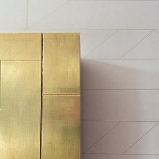 ロンドンの大きいコンテンポラリースタイルのおしゃれなLDK (ベージュの壁、淡色無垢フローリング、据え置き型テレビ、ベージュの床) の写真