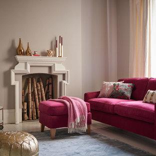 Diseño de salón tradicional renovado, sin televisor, con paredes grises y suelo de madera pintada