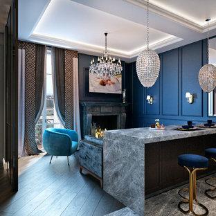 Inspiration pour un salon traditionnel de taille moyenne et ouvert avec un mur bleu, un sol en carrelage de céramique, une cheminée standard, un manteau de cheminée en pierre, un téléviseur fixé au mur, un sol marron et un bar de salon.