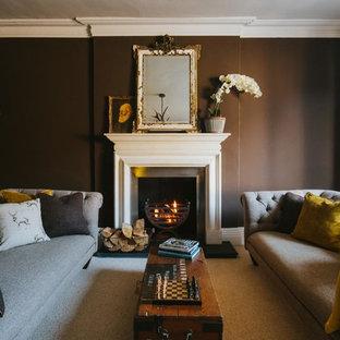 ロンドンの小さいトラディショナルスタイルのおしゃれな独立型リビング (茶色い壁、カーペット敷き、標準型暖炉、金属の暖炉まわり、テレビなし、ベージュの床) の写真