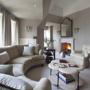 Esempio di un grande soggiorno tradizionale aperto con camino classico, nessuna TV, pareti beige, moquette e pavimento bianco