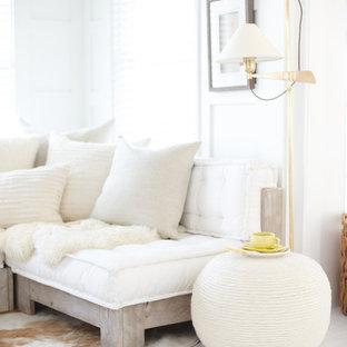 プロビデンスの小さいビーチスタイルのおしゃれなLDK (ライブラリー、白い壁、塗装フローリング、埋込式メディアウォール、白い床) の写真