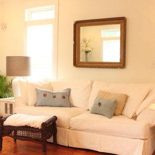 Foto di un piccolo soggiorno classico aperto con pareti bianche, pavimento in legno massello medio e pavimento rosso