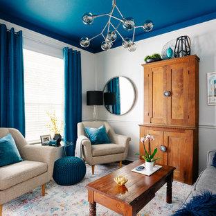 Inspiration för ett litet maritimt vardagsrum, med vita väggar och mörkt trägolv