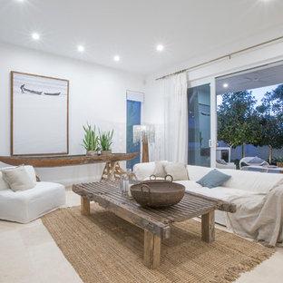 パースの中サイズのビーチスタイルのおしゃれなLDK (白い壁、トラバーチンの床、壁掛け型テレビ) の写真